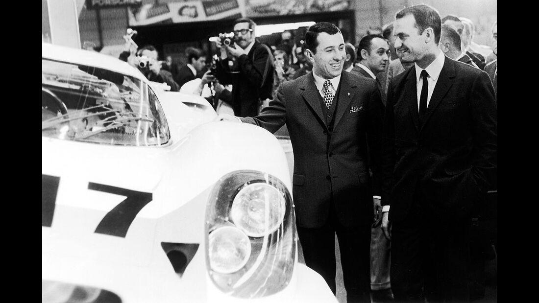 Ferdinand Piëch (rechts) und Gerhard Mitter (links) bei der Präsentation des Porsche 917 am 13.3.1969