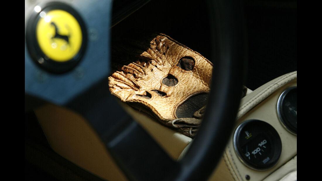 Ferrari 308 GTS, Mittelkonsole mit Fahrerhandschuhen
