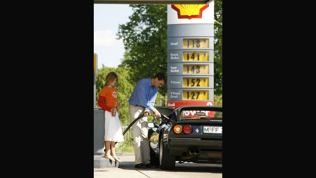 Ferrari 308 GTS an der Tankstelle