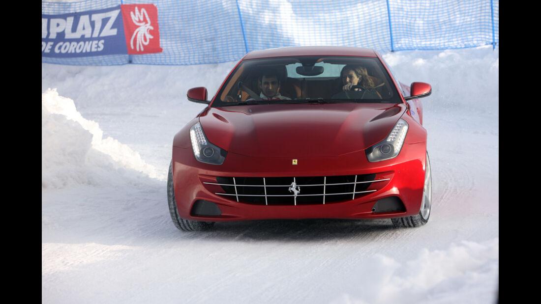 Ferrari FF, rot, im Schnee, Frontansicht
