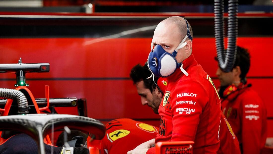 Ferrari-Mechaniker - Corona - F1-Test Barcelona 2020
