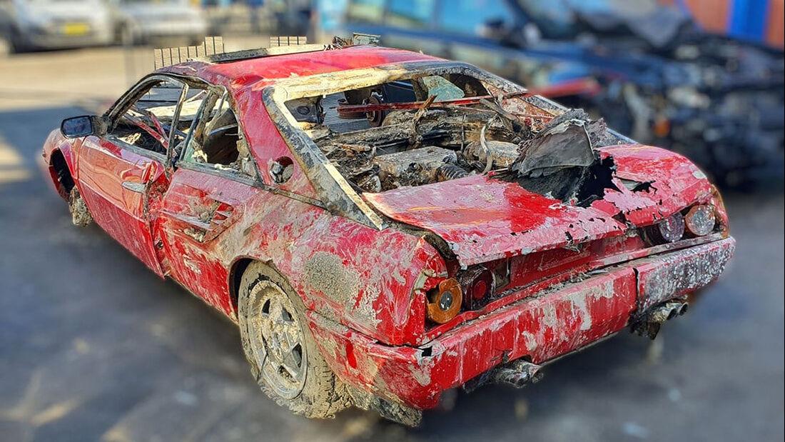 Ferrari Mondial aus Kanal geborgen