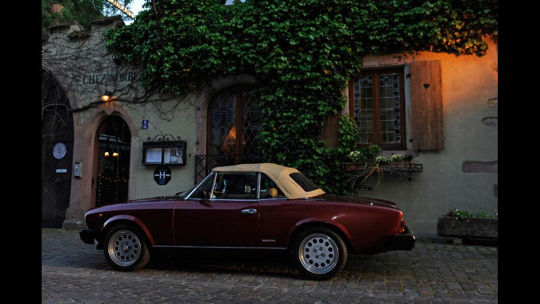 Fiat 124 Spider, Seitenansicht, Abendstimmung, Verdeck geschlossen