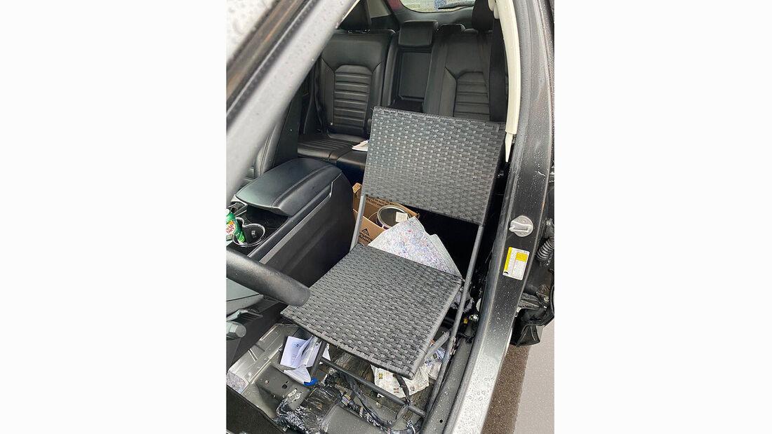 Ford Edge mit Campingstuhl hinterm Steuer