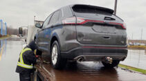 Ford Edge mit Campingstuhl hinterm Steuer
