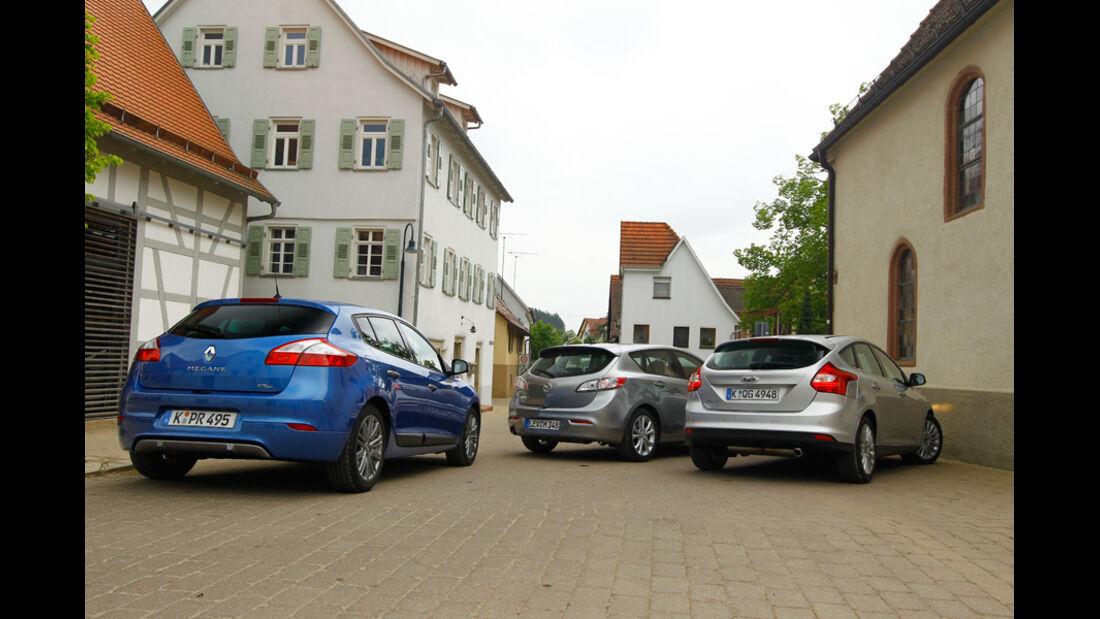Ford Focus 1.6 ECOBOOST, Mazda 3 2.0 MZR i-STOP, Renault Megane TCe 130, alle Fahrzeuge, Rückansicht, Hof
