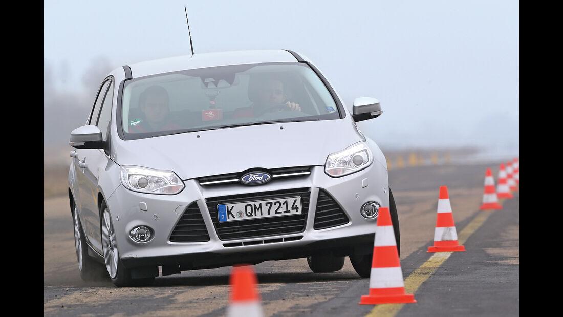 Ford Focus 1.6 Ecoboost Titanium, Frontansicht, Slalom