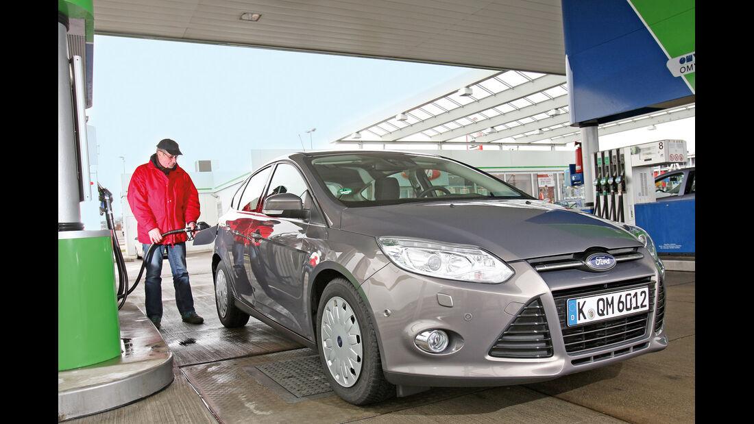 Ford Focus: 1.6 TDCi, Frontansicht, Tankstelle