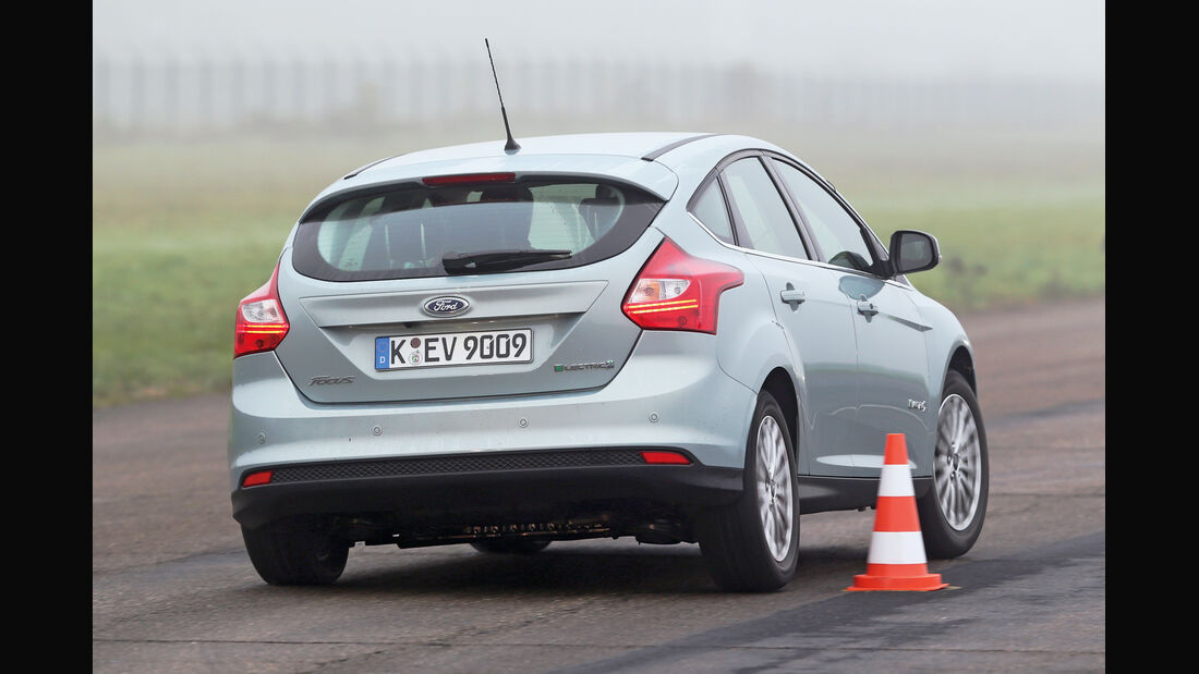 Ford Focus Electric, Heckansicht, Slalom