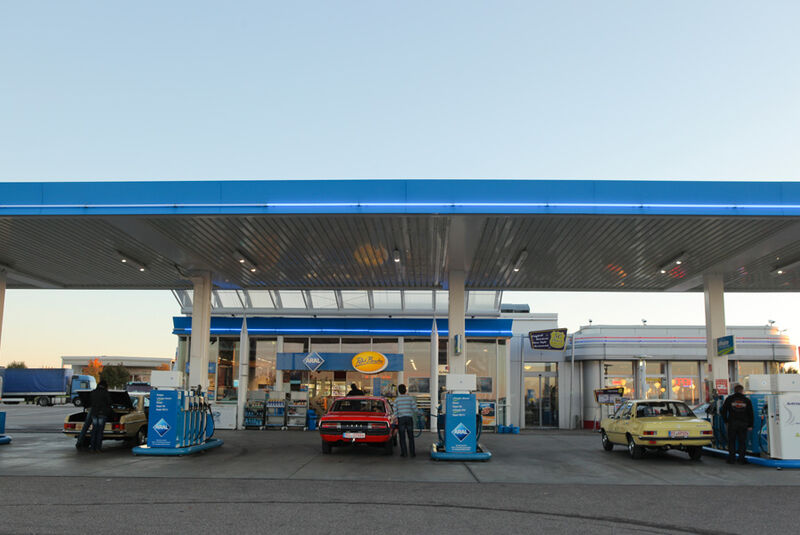 Ford Granada 2.0L V6, Opel Record 2000 Berlina, Mercedes-Benz 230.4, Tankstelle