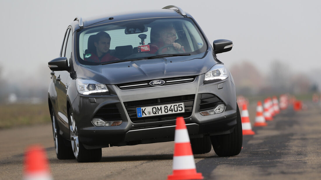Ford Kuga 2.0 TDCi 4x4, Frontansicht, Slalom
