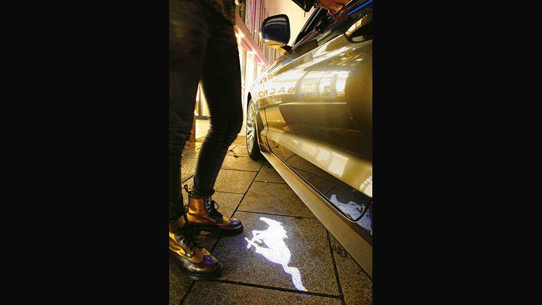Ford Mustang 2.3 Ecoboost Fastback, Emblem, Leuchteffekt