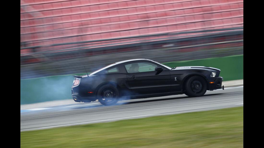 Ford Shelby GT500, Seite links, Qualm