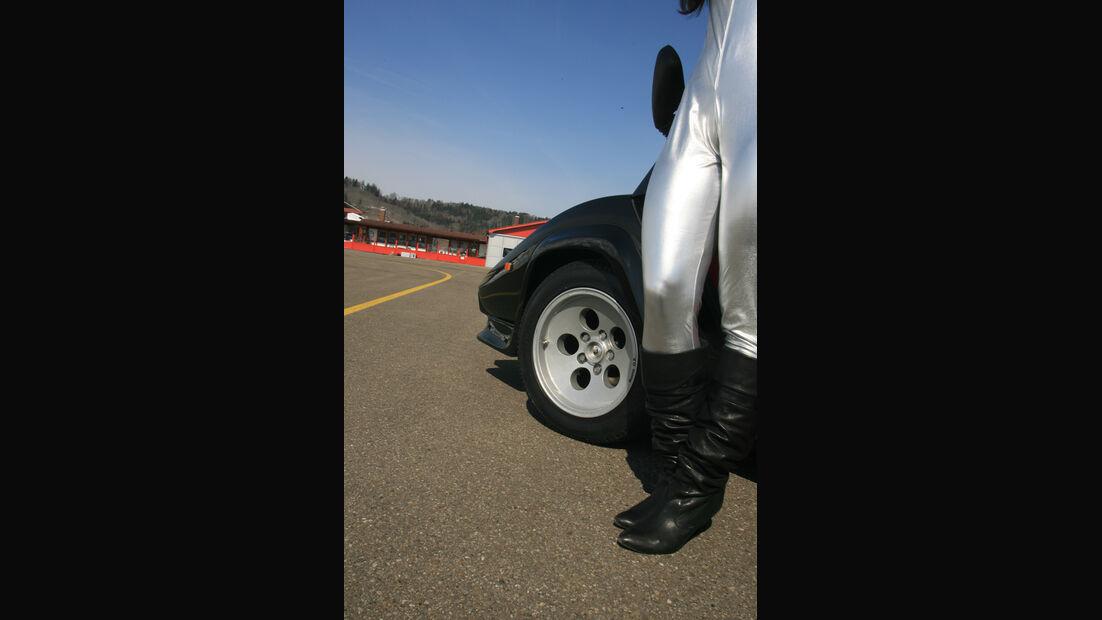 Frau im Catsuit neben Lamborghini Countach LP 5000 QV