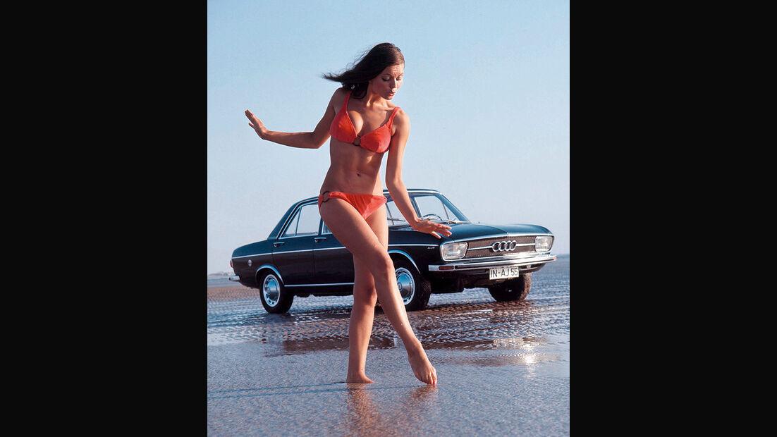 Frau in Bikini vor Audi 100 C1
