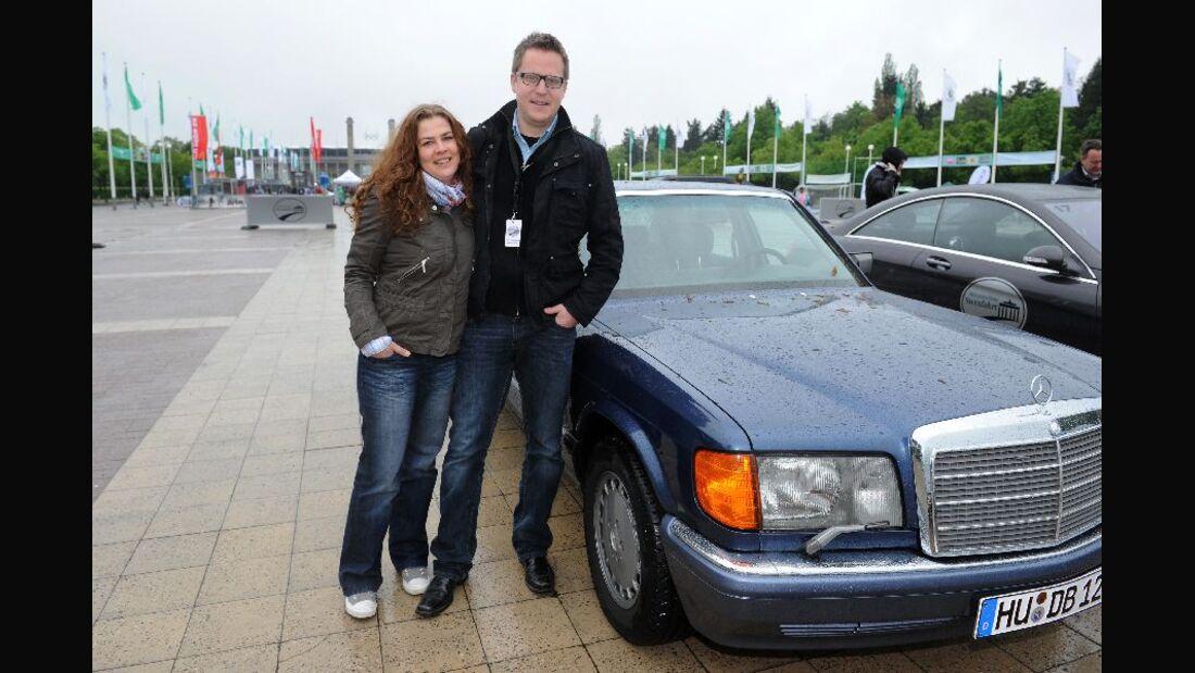 Frau und Mann mit Mercedes 560 SEL