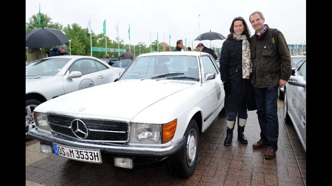 Frau und Mann mit Mercedes SLC