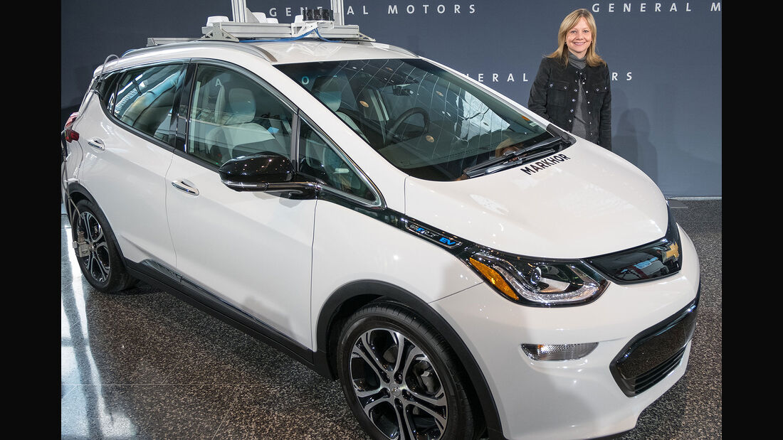 GM CEO Mary Barra mit Chevrolet Bolt AV