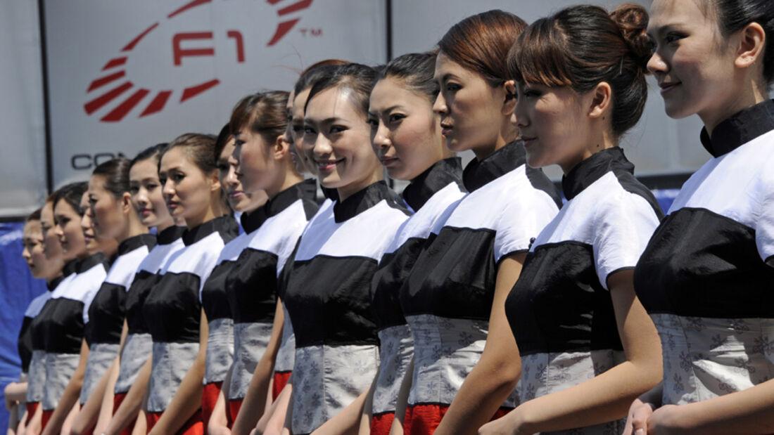 Aus einem chinesischen mädchen schuhe ausziehen