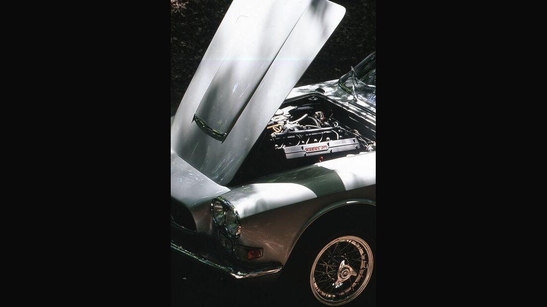 Geöffnete Motorhaube an einem Maserati 4000 GTI Sebring