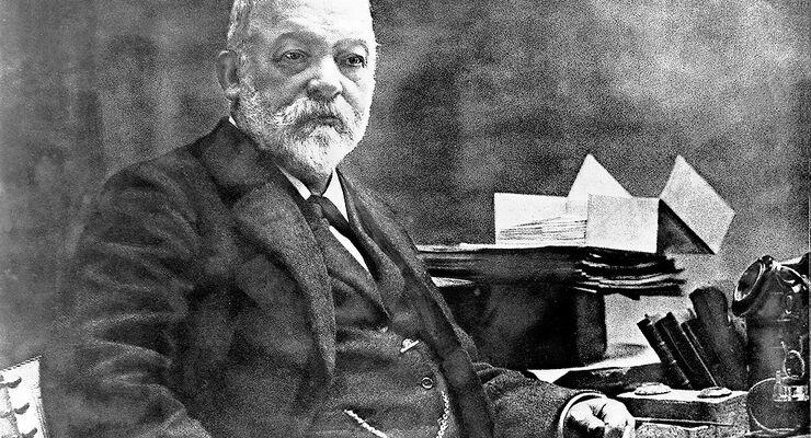 Gottlieb Daimler in seinem Arbeitszimmer, um 1898.