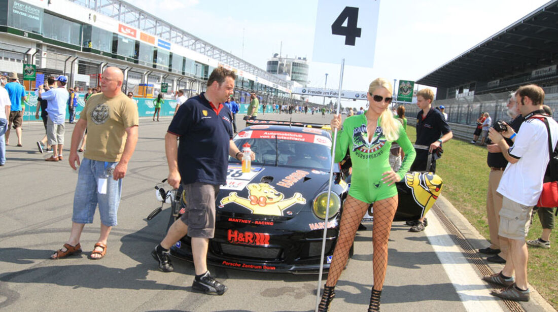 Grid-Girl bei der VLN Langstreckenmeisterschaft Nürburgring