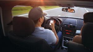 Handy Smartphone am Steuer Unfall Risiko Gefahr