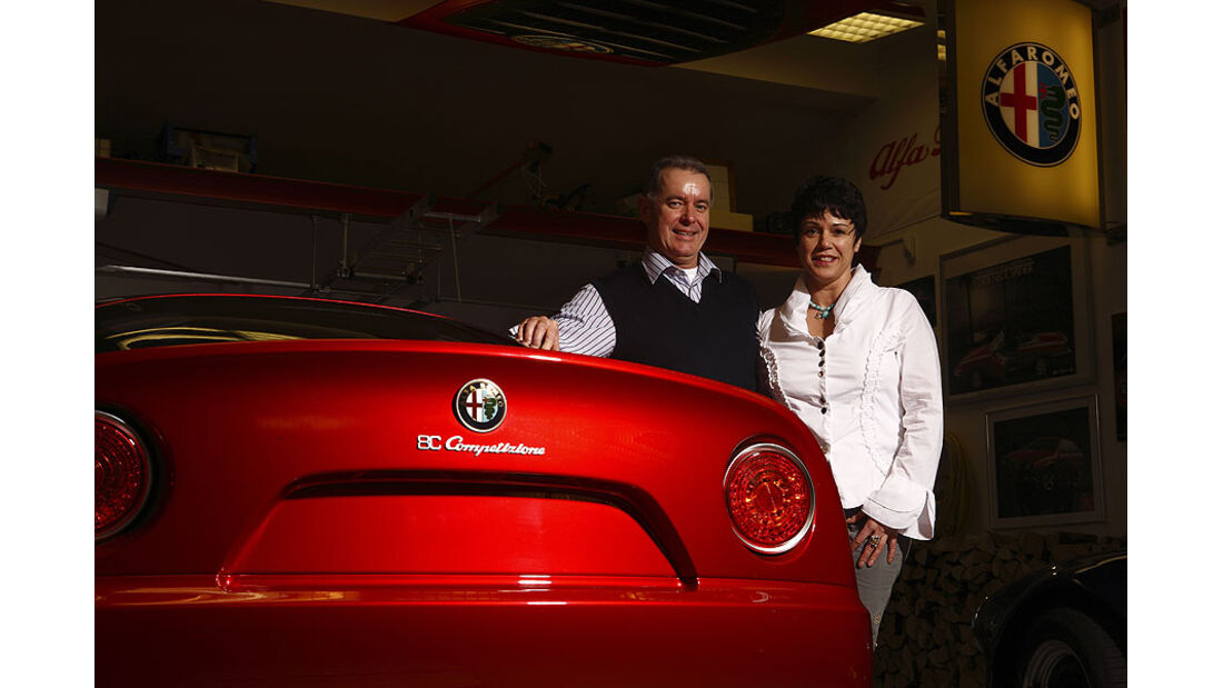 Heck des Alfa Romeo 8C mit Walter und Monika Marxen