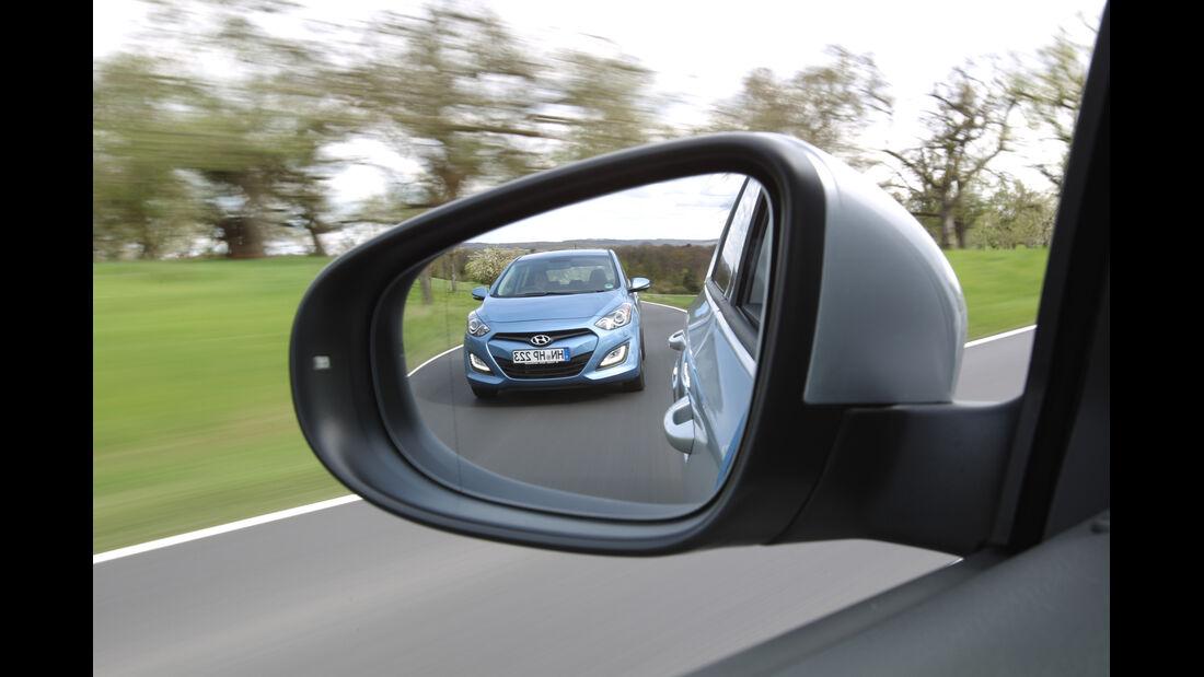 Hyundai i30 1.6 CRDi, VW Golf 1.6 TDI, Rückspiegel