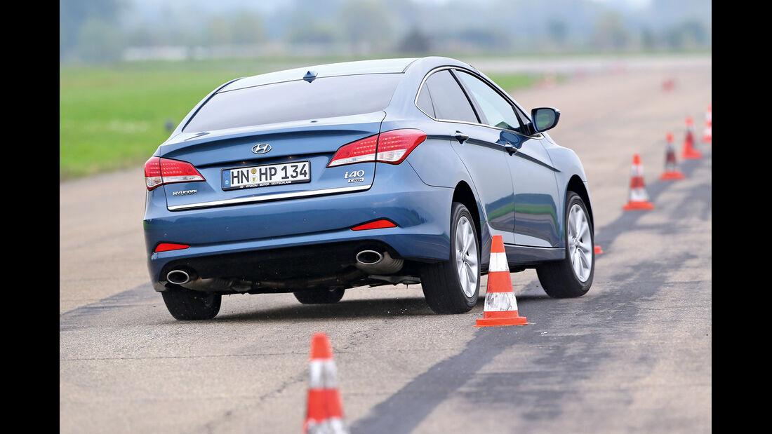 Hyundai i40 1.7 CRDi, Heckansicht, Slalom
