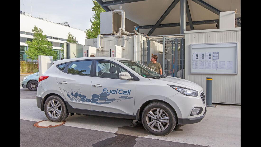Hyundai ix35 Fuel Cell, Seitenansicht, Tankstelle