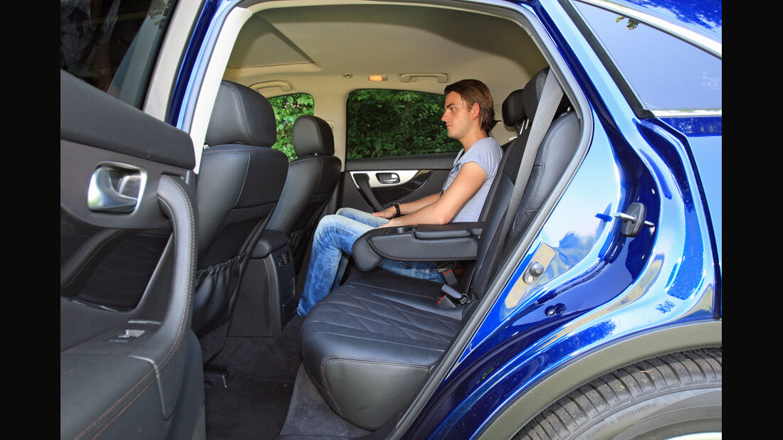 Infiniti FX30d GT Premium, Rücksitz, Beinfreiheit