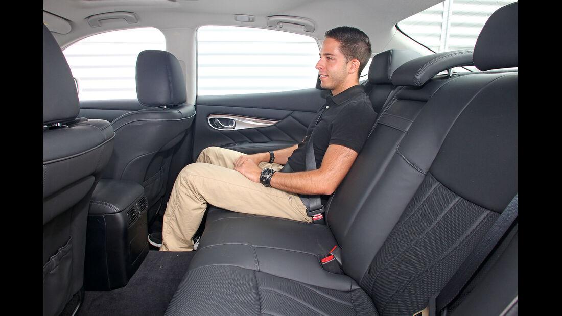 Infiniti M35h GT Premium, Rücksitz, Beinfreiheit