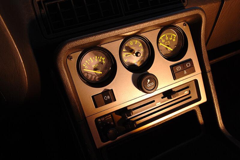 Instrumente in der Mittelkonsole des Porsche 944