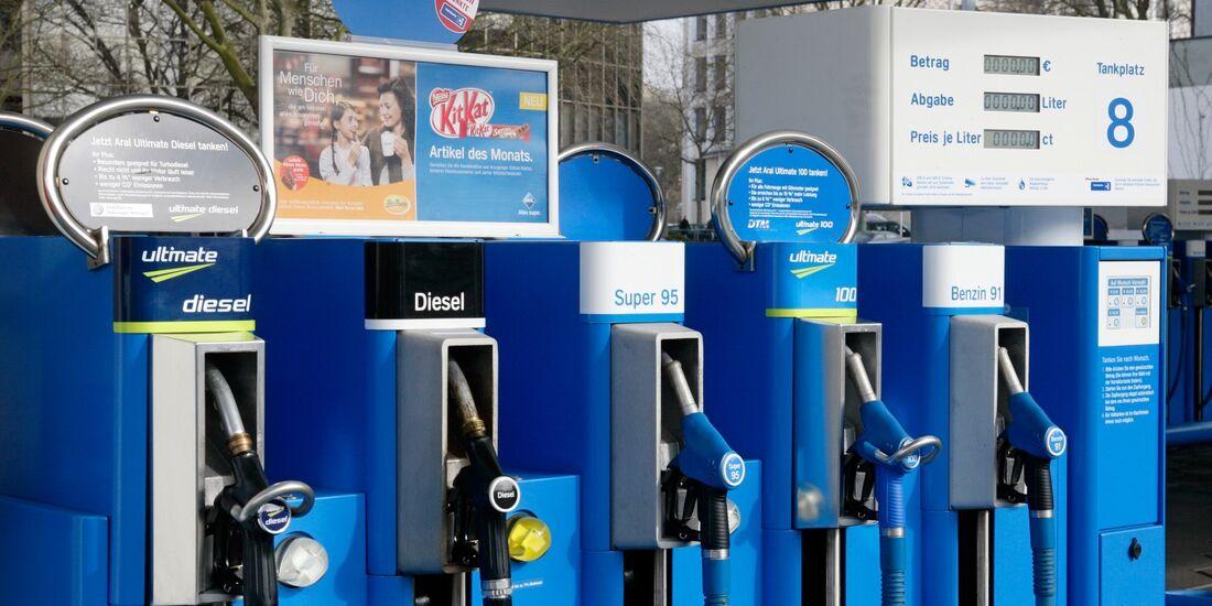 Internetseiten und Apps helfen, aktuelle Benzinpreise online zu vergleichen.
