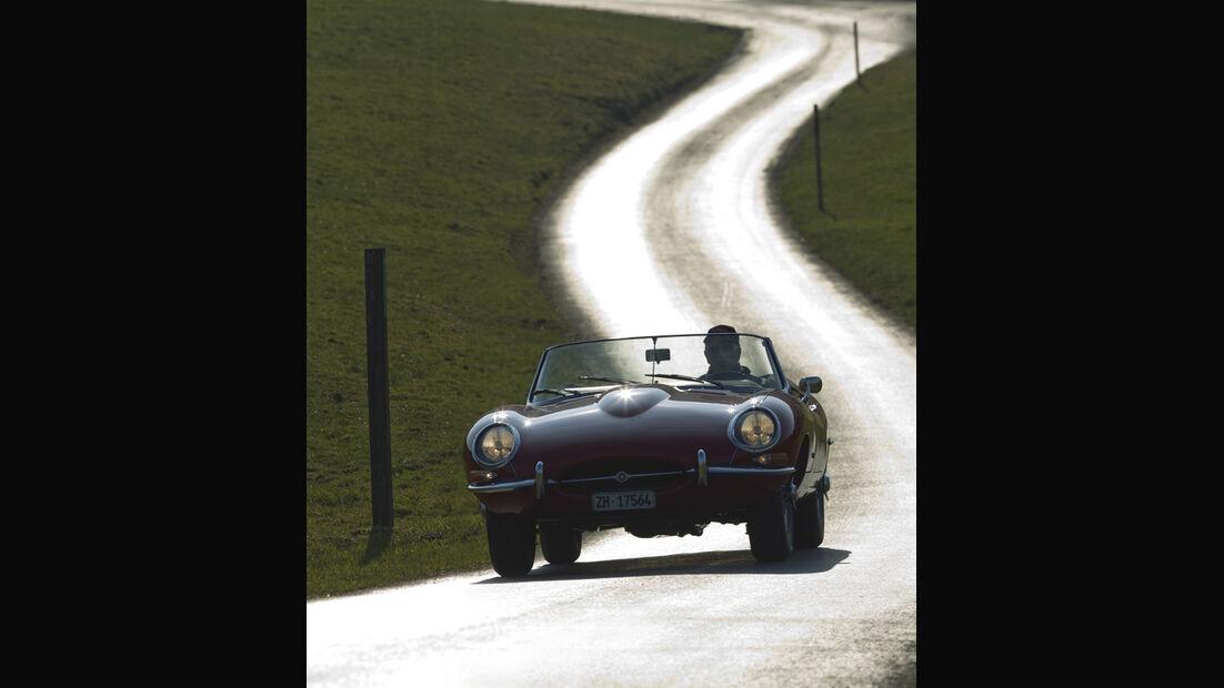 Jaguar E-Type Serie 1, Frontansicht, Fahrt, Gegenlicht
