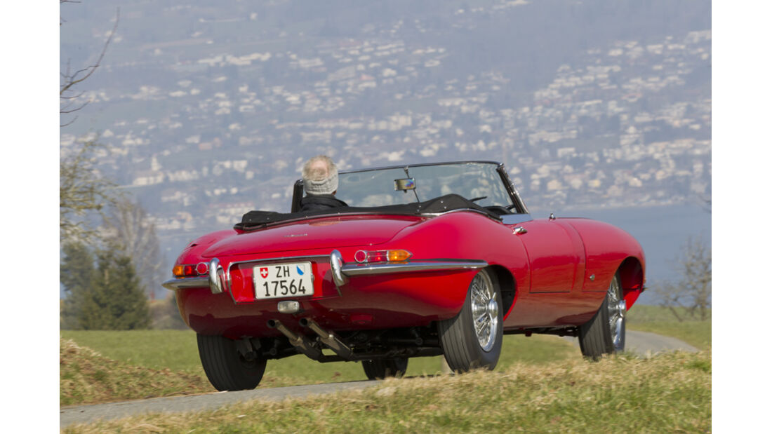 Jaguar E-Type Serie 1, Rückansicht, Fahrt