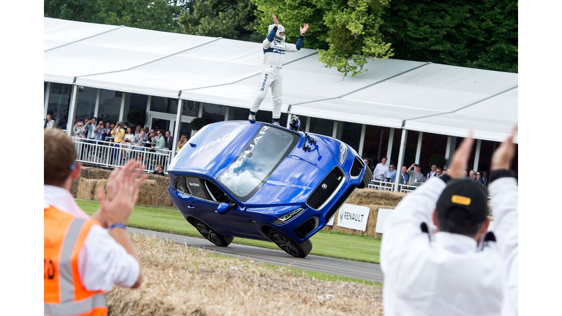 Jaguar F-Pace Stunt auf zwei Rädern Goodwood Festival