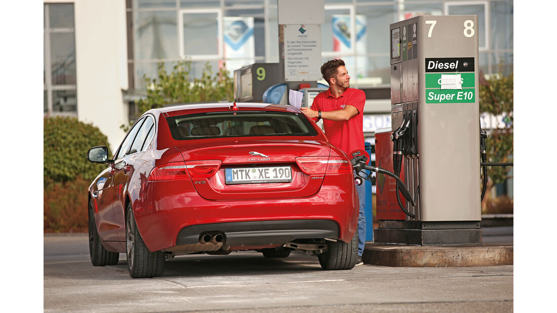Jaguar XE 20d, Tankstelle, Heckansicht