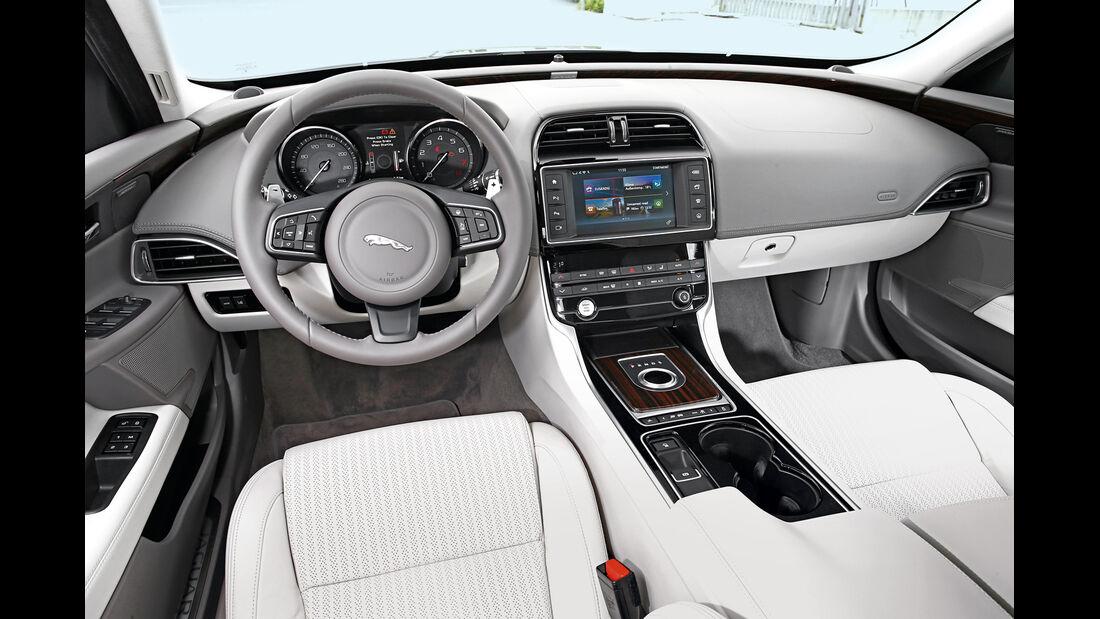 Jaguar XE 25t, Cockpit