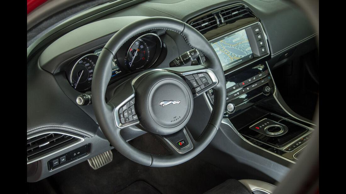 Jaguar XE S, Lenkrad