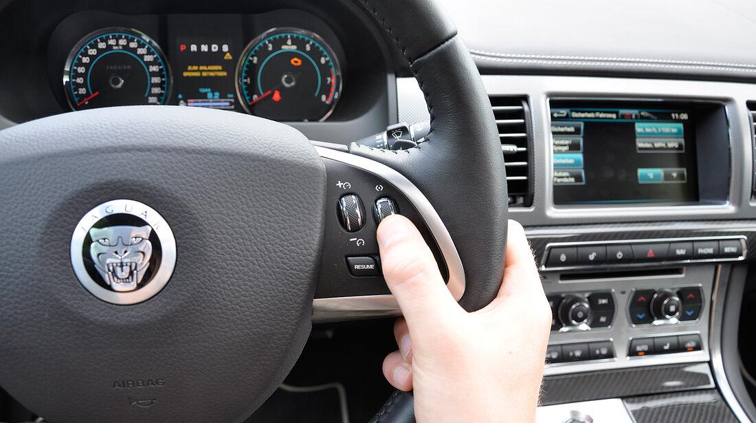 Jaguar XFR, Infotainmentsystem, Lenkrad