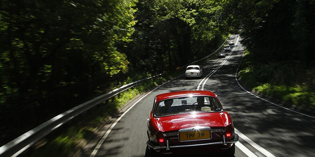 Jaguar XJ auf englischer Nebenstraße
