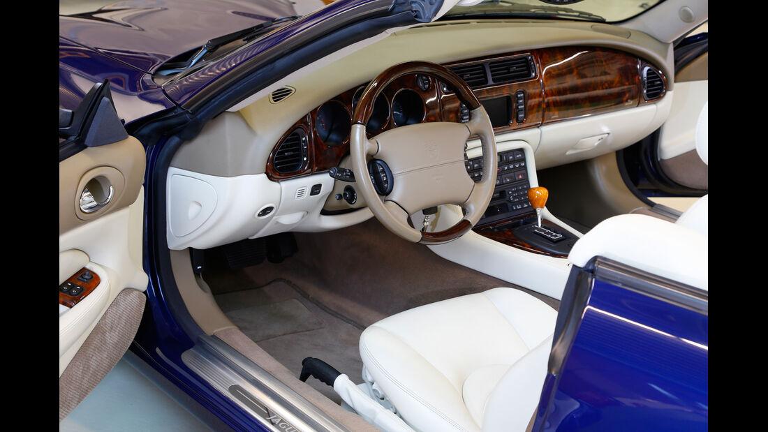 Jaguar XK, Cockpit