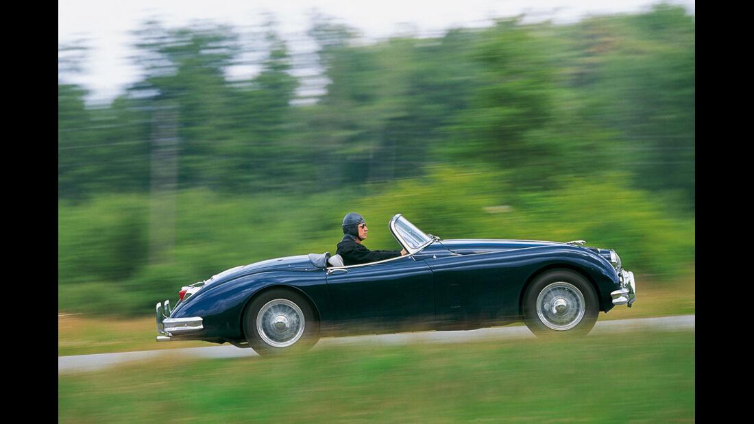Jaguar XK in Fahrt - Seitenaufnahme