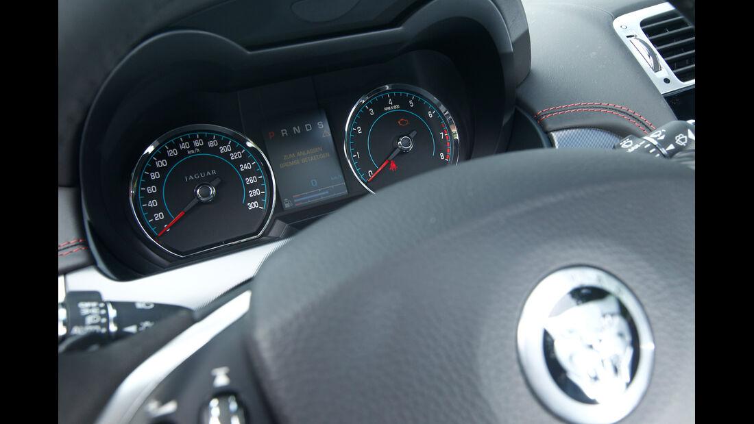 Jaguar XKR-S Cabrio, Rundinstrumente, Lenkrad