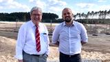 Jörg Steinbach (link) und Evan Horetsky auf der Gigafactory-Baustelle