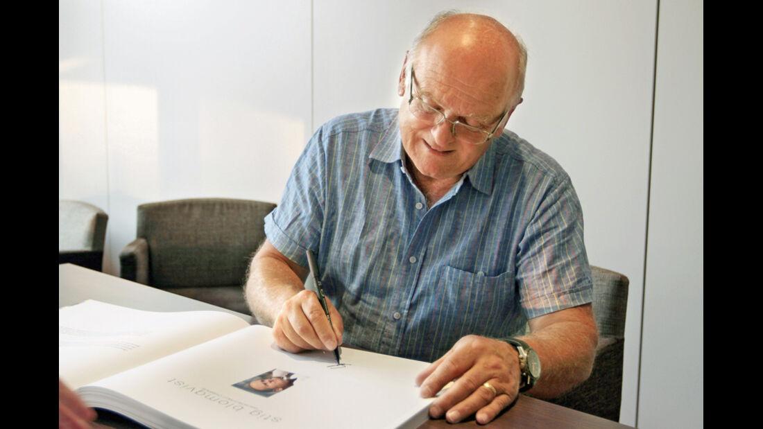 John Davenport beim Signieren seines Buches
