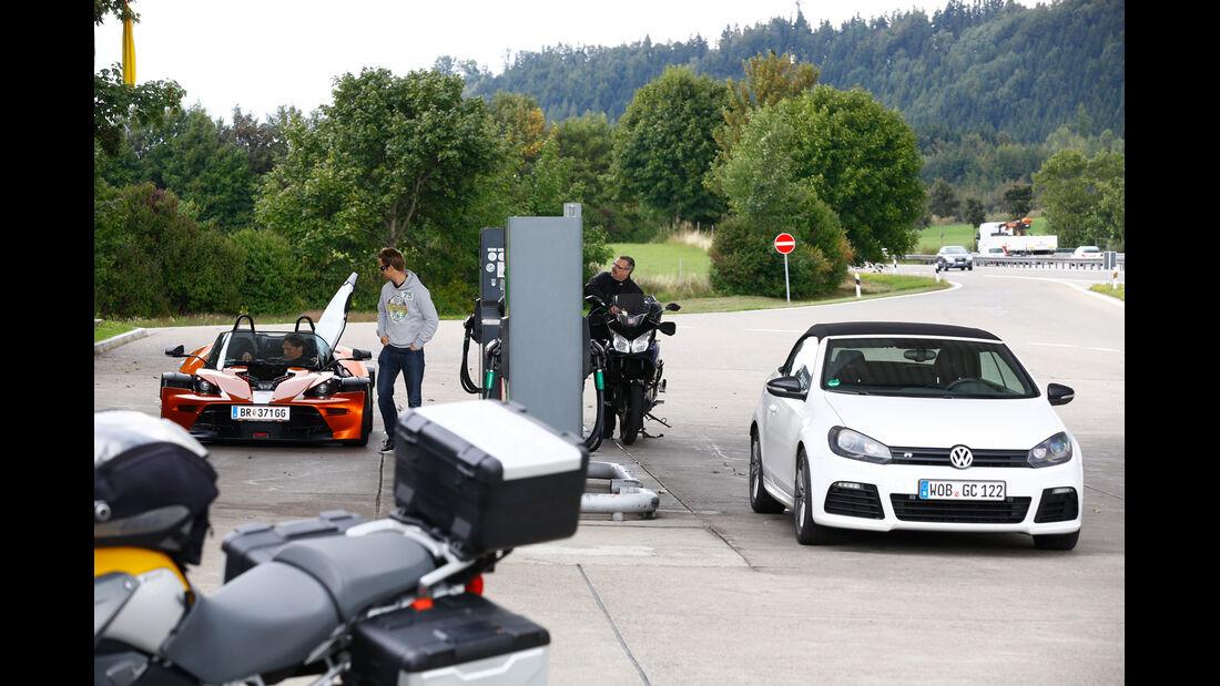 KTM X-Bow GT, VW Golf R Cabriolet, Tankstelle