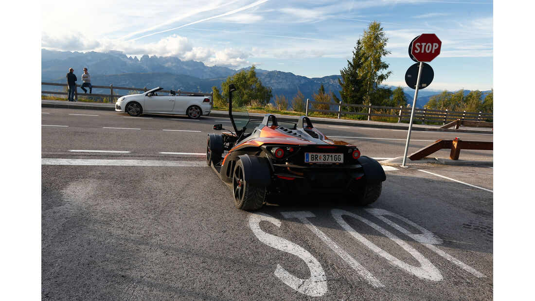 KTM X-Bow GT, VW Golf R Cabriolet, beide Fahrzeuge